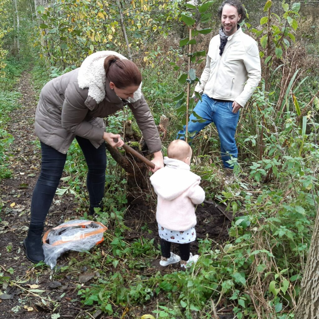 Bewoners planten appelboompje (Sjaak Witteveen 29 oktober 2020)